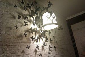 бабочки на светильнике
