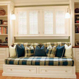 размещение дивана спинкой к окну