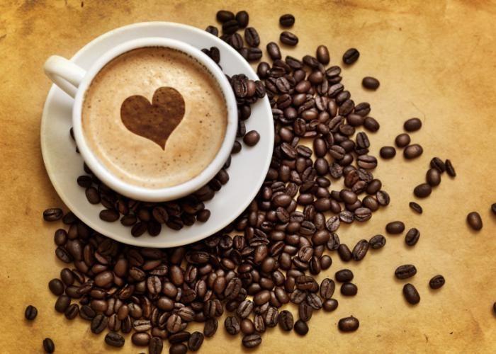 Рассыпать кофе на столе