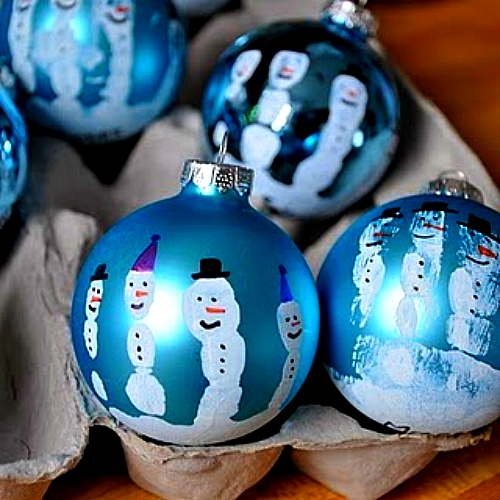 Снеговики, нарисованные методом отпечатеокв пальчиков