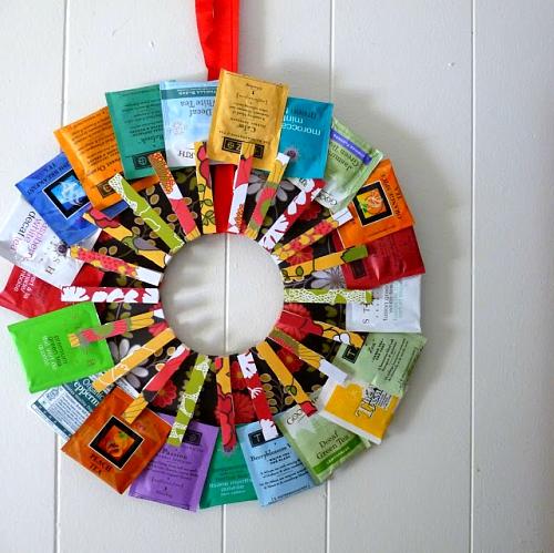 Рождественский венок с пакетиками чая