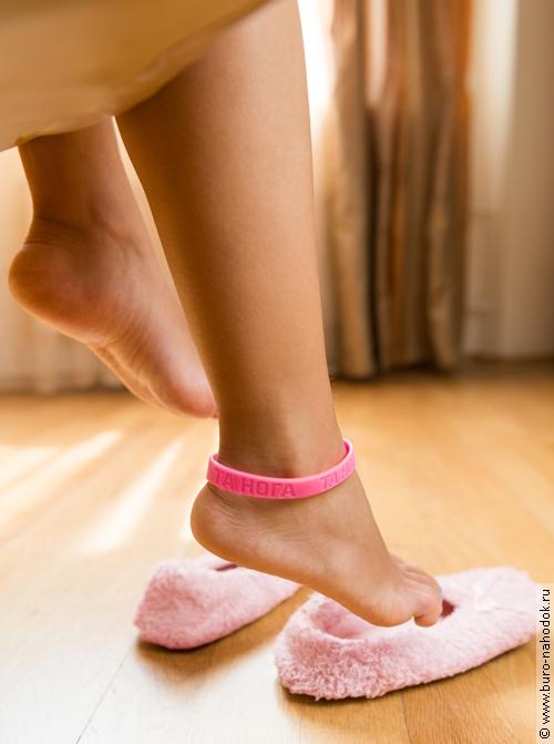 Розовый браслет Та нога