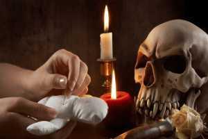 ритуал с черепом и свечой