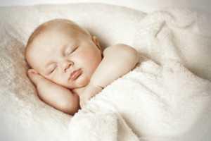 ребенок спит укрыт одеялом