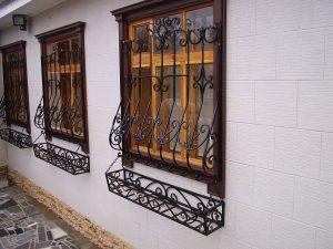 Черные решетки на окнах