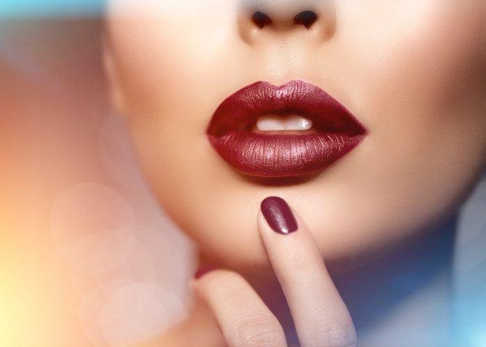К чему губы болят?