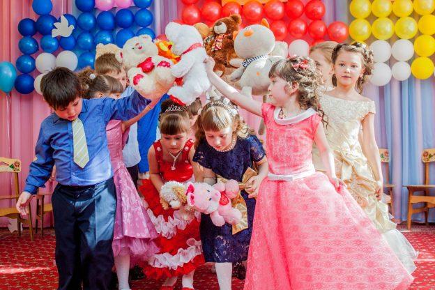 Что подарить  детям на торжество в детском саду